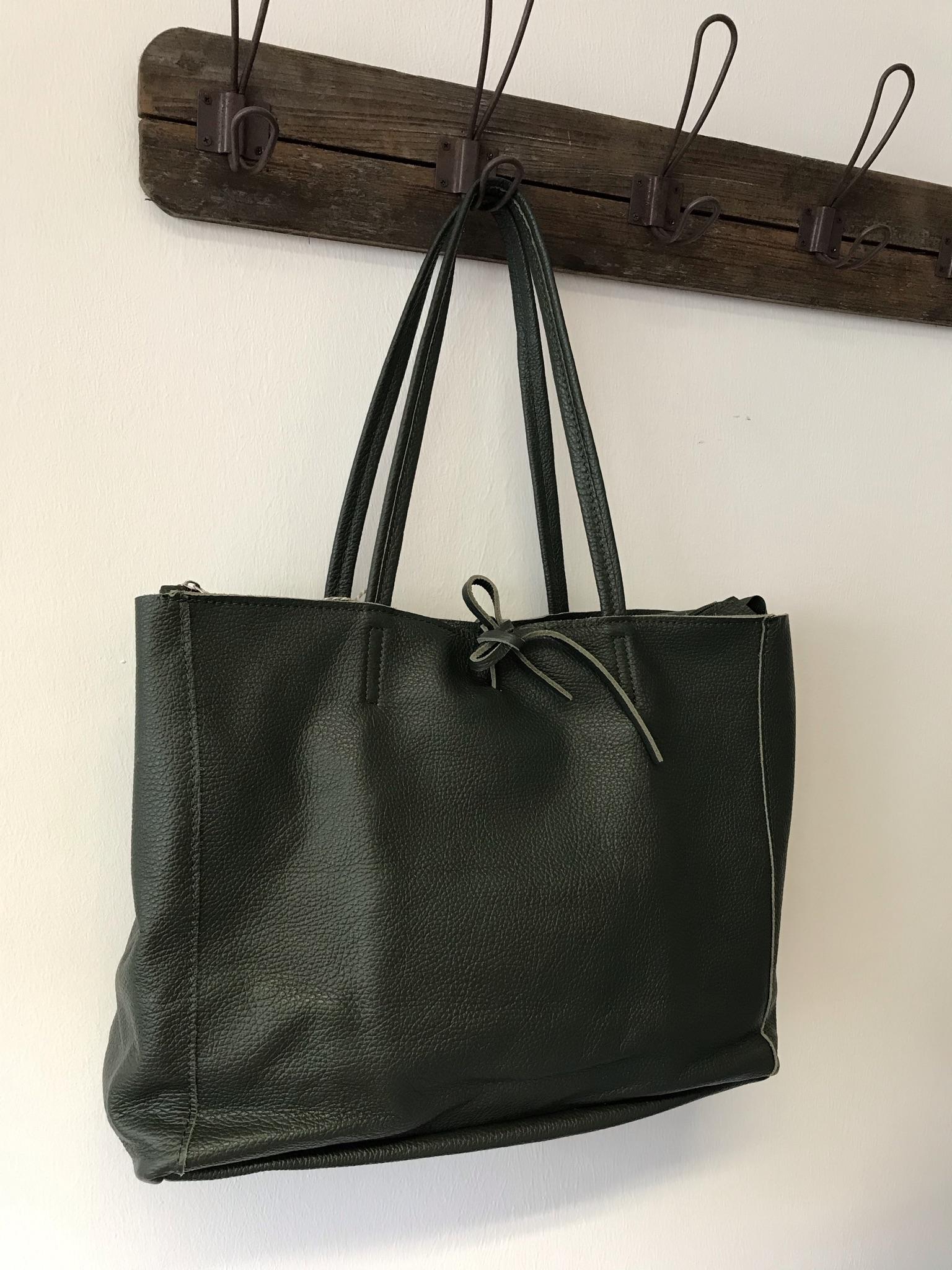 Umhängetasche aus Leder in dunkel grün
